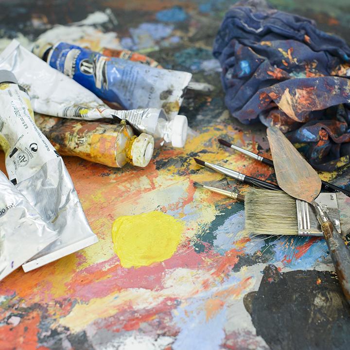 Wyciśnięte farby olejne z pędzlami i szpatułkami