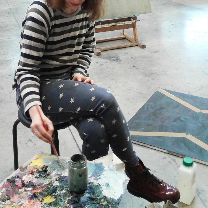 Dziewczyna maluje obraz na egzaminie wstępnym
