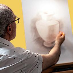 dorosły rysuje na warsztatach artystycznych dla dorosłych