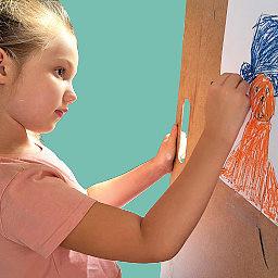 dziecko maluje na warsztatach plastycznych w Katowicach