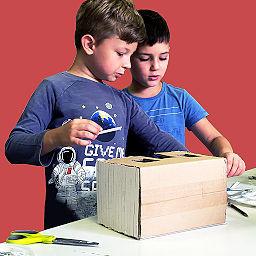 dzieci konstruują makietę na warsztatach twórczych w Alabastro